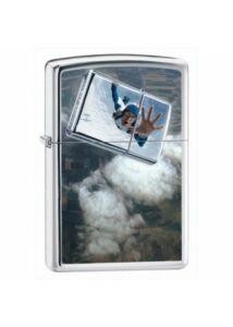24348 Zippo öngyújtó, fényes ezüst színben, ejtőernyős képpel díszítve