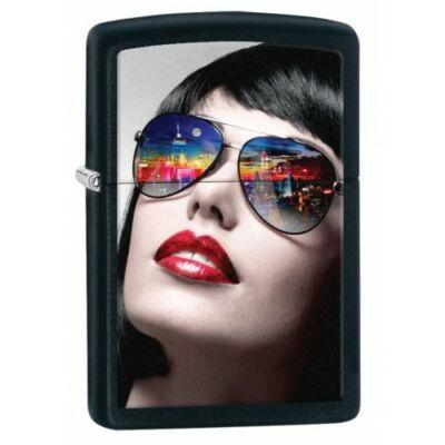 29090 Zippo öngyújtó, matt fekete színben - Napszemüveges nő